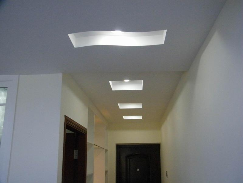 Фигурный потолок в коридоре
