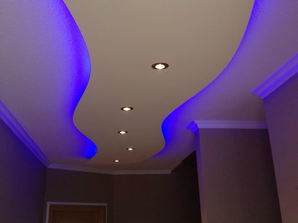 Встроенная подсветка потолка из гипсокартона для спальни
