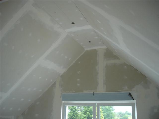 Заделка трещин и шпаклевка потолка из гипсокартона