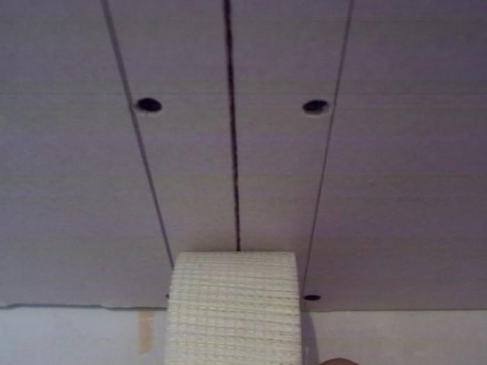 Стыки между листами заделали шпаклевкой на гипсовой основе с полимерными добавками