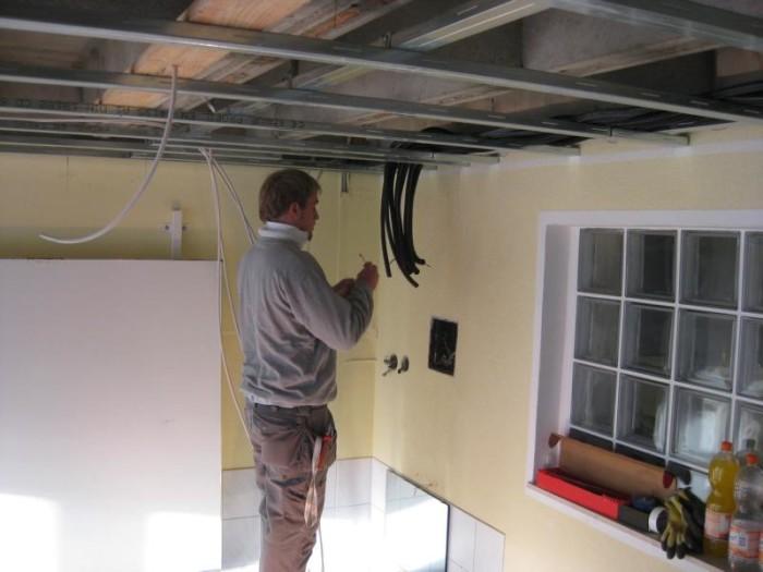 Разводка электрики и монтаж каркаса потолка