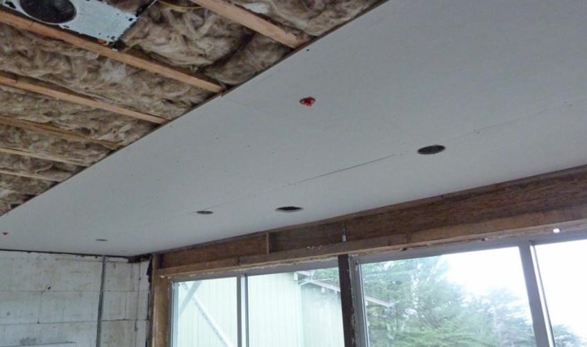 Монтаж гипсокартона на потолок балкона