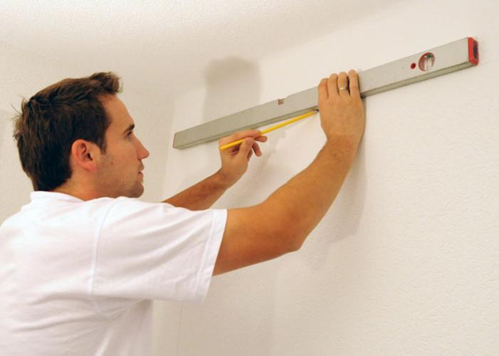 Использование уровня в выравнивании потолка