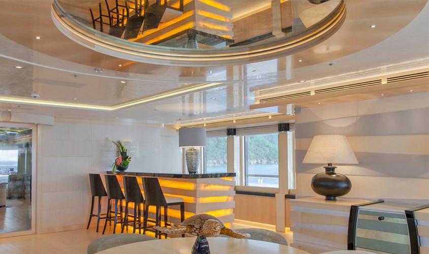 Подвесная конструкция из гипсокартона со стеклянными вставками