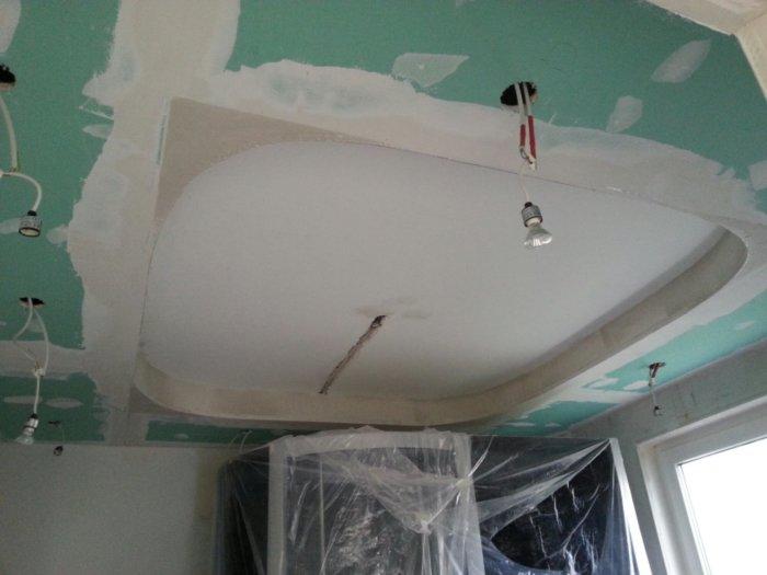 Проведение проводки при выравнивании потолка
