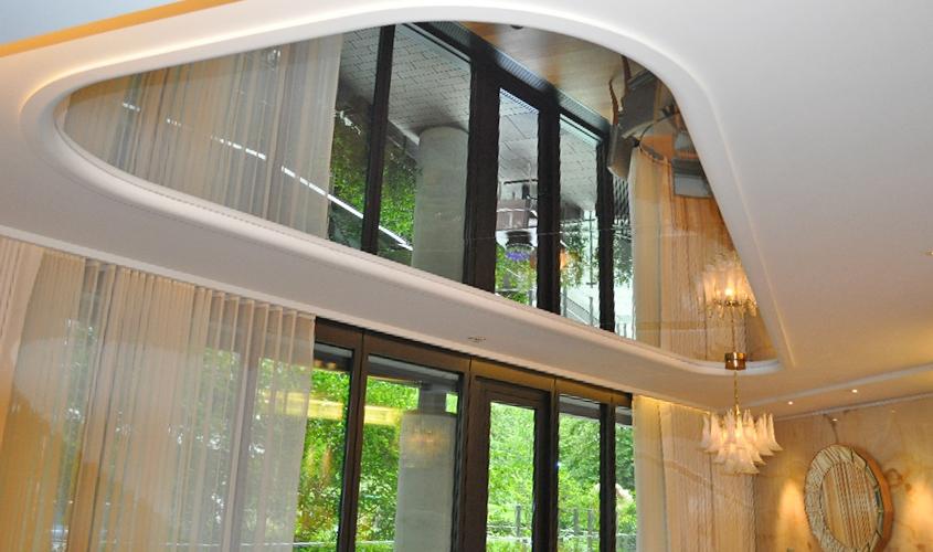 Фигурный потолок с зеркалами