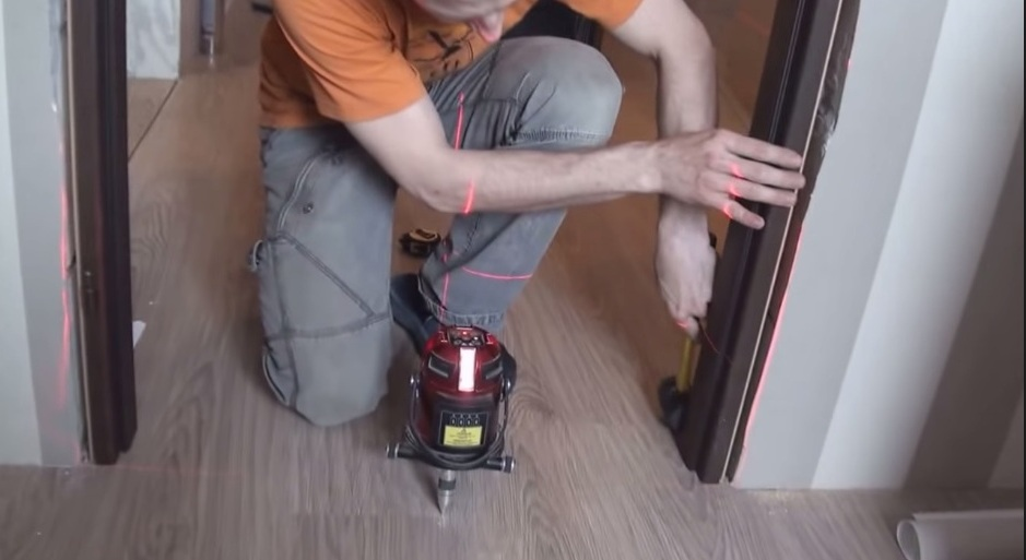 Монтаж двери в перегородку с помощью лазерного уровня