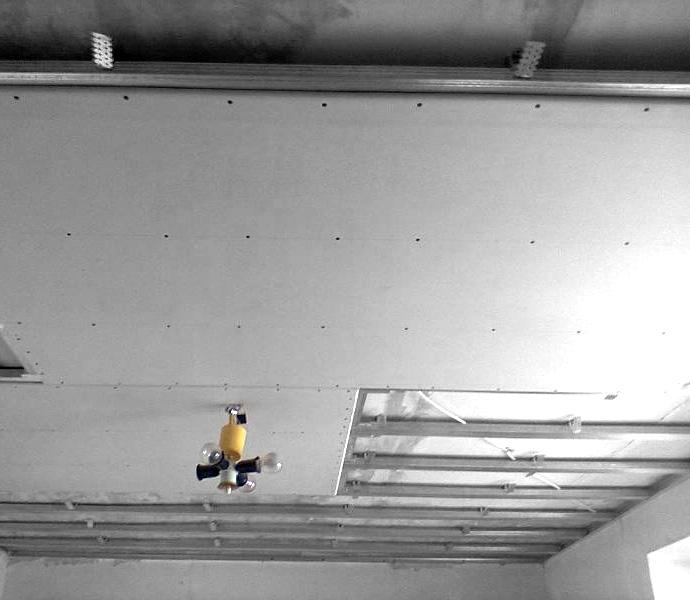 Металлический каркас на потолке