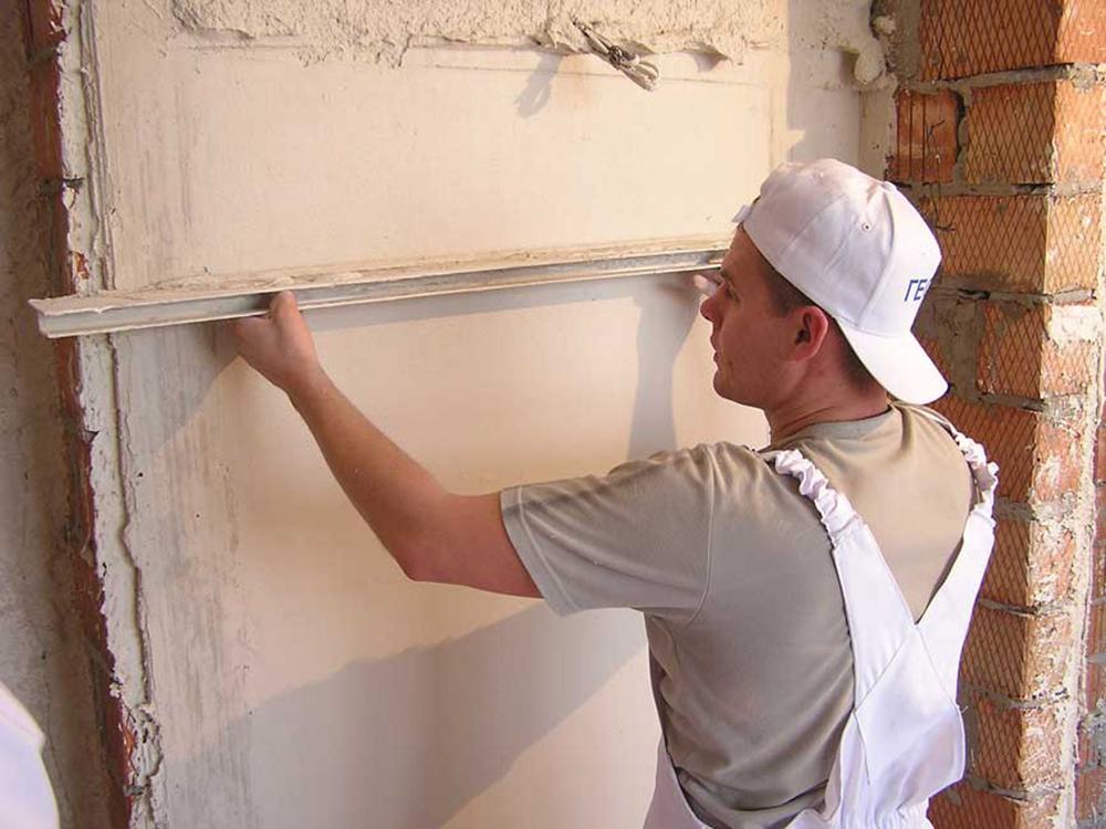 Нанесение штукатурного раствора на стену