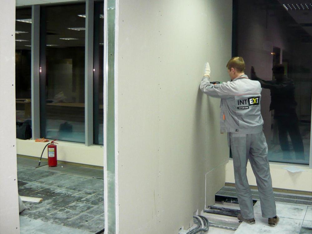 Процесс обшивки стен ГВЛ