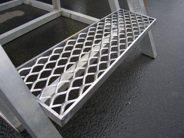 Металлическая-решетка-для-ступеней-–-особенности-выбора